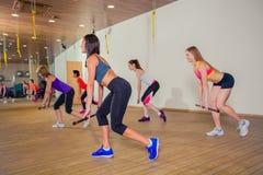 Концепция фитнеса, спорта, тренировки и образа жизни - Стоковая Фотография