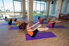 Концепция фитнеса, спорта, тренировки и образа жизни - Стоковое Изображение RF