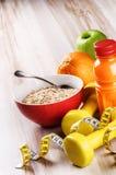 Концепция фитнеса с гантелями, овсяной кашей и свежими фруктами Стоковые Изображения RF