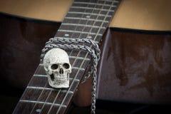 Концепция фотографии искусства натюрморта с черепом и гитарой Стоковые Фотографии RF