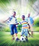 Концепция футбола спорт выпуска облигаций сына отца семьи Стоковые Фотографии RF
