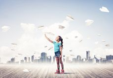 Концепция халатного счастливого детства при девушка смотря в binocul Стоковые Фото