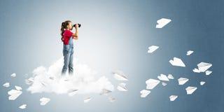 Концепция халатного счастливого детства при девушка смотря в биноклях Стоковая Фотография