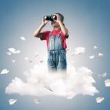Концепция халатного счастливого детства при девушка смотря в binocul Стоковые Изображения