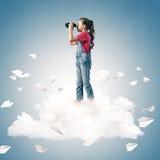Концепция халатного счастливого детства при девушка смотря в binocul Стоковая Фотография RF