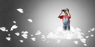 Концепция халатного счастливого детства при девушка смотря в binocul Стоковое Изображение