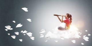 Концепция халатного счастливого детства при девушка смотря в spyglas Стоковое Фото