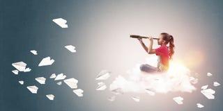 Концепция халатного счастливого детства при девушка смотря в spyglas Стоковое фото RF