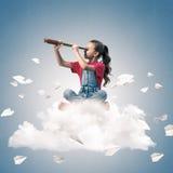 Концепция халатного счастливого детства при девушка смотря в spyglas Стоковое Изображение RF