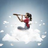 Концепция халатного счастливого детства при девушка смотря в spyglas Стоковые Изображения