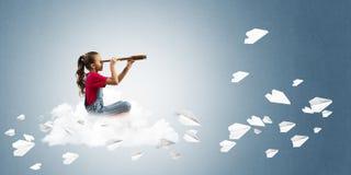 Концепция халатного счастливого детства при девушка смотря в spyglass Стоковая Фотография RF