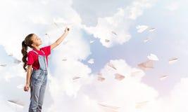 Концепция халатного счастливого детства с самолетом бумаги девушки бросая Стоковые Фотографии RF