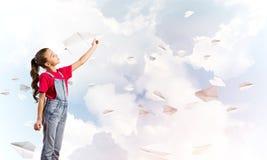 Концепция халатного счастливого детства с самолетом бумаги девушки бросая Стоковая Фотография RF