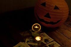 Концепция хеллоуина, темнота, свечи, карточки, зеркало, тыква Стоковое Фото