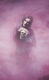 Концепция хеллоуина: молодая и сексуальная ведьма Стоковое Изображение