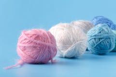 Концепция хобби Needlework Клубоки шерстей на голубой предпосылке Стоковые Фото