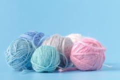 Концепция хобби Needlework Клубоки шерстей на голубой предпосылке Стоковая Фотография RF