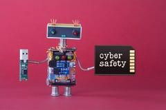 Концепция хранения данных безопасности кибер Игрушка робота системного администратора с ручкой вспышки usb и карта памяти на крас Стоковая Фотография RF