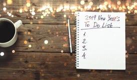 Концепция целей Нового Года 2019 Блокнот со для того чтобы сделать список и чашку  стоковое изображение