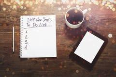 Концепция целей Нового Года 2019 Номер и текст на блокноте Таблетка стоковые изображения rf