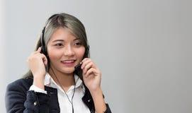 Концепция центра телефонного обслуживания Портрет оператора Оператор работы с клиентом на работе стоковое изображение