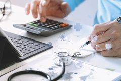 Концепция цен и гонораров здравоохранения Рука умного доктора использовала ca стоковое изображение rf