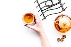 Концепция церемонии чая Рука принимает чашку около бака чая на белом copyspace взгляд сверху предпосылки Стоковые Изображения RF
