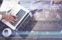 Концепция цифрового экрана, значка виртуального соединения, диаграммы, диаграммы взаимодействует Человек работая с компьтер-книжк Стоковые Фото