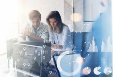 Концепция цифровой диаграммы, диаграммы взаимодействует, виртуальный экран, значок соединений 2 молодых сотрудника работая на ком Стоковая Фотография