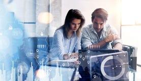 Концепция цифровой диаграммы, диаграммы взаимодействует, виртуальный экран, значок соединений 2 молодых предпринимателя работая н Стоковые Фото