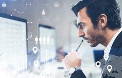 Концепция цифровой диаграммы, диаграммы взаимодействует, виртуальный экран, значок соединений Портрет молодого бизнесмена работая Стоковые Фото