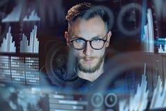 Концепция цифровой диаграммы, диаграммы взаимодействует, виртуальный экран, значок соединений Портрет молодой работы бизнесмена с Стоковые Фото