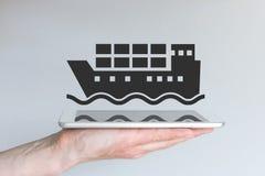 Концепция цифровых и передвижных снабжения и судоходного бизнеса рука держа самомоднейший телефон франтовской стоковые фото