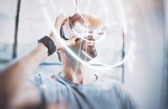 Концепция цифровых экрана, соединения и интерфейсов Стекла реальности привлекательного бородатого человека enjoyingvirtual в совр Стоковые Фото