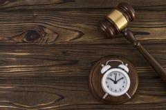 Концепция часов и молотка судьей Стоковое Изображение RF