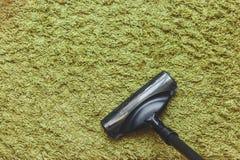 Концепция чистки дома с космосом для текста Голова щетки пылесоса на зеленом ковре, взгляд сверху Стоковая Фотография RF