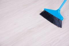 Концепция чистки - пол голубого веника широкий Стоковая Фотография