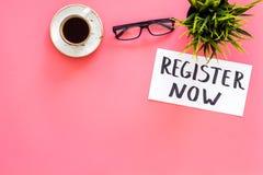 Концепция членства Шаблон для регистрации Зарегистрируйте теперь стол с стеклами, кофе слова iconon литерности руки, завод стоковая фотография rf