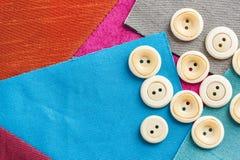 Концепция шить, заплатки, портняжничать и моды - крупный план на комплекте белых кнопок для needlework на предпосылке  Стоковые Фотографии RF
