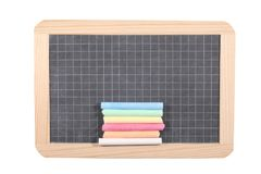 Концепция школы: закройте вверх на классн классном шифера изолированном на белой предпосылке с мел и путем клиппирования Стоковые Изображения