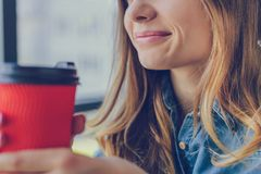 Концепция штиля и релаксации Сь женщина держа чашку стоковые фотографии rf