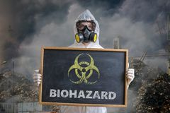 Концепция экологичности и загрязнения Человек в coveralls предупреждает против отхода biohazard стоковое изображение rf