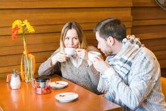 Концепция людей, связи и датировка - чай счастливых пар выпивая на кафе или ресторане стоковые изображения