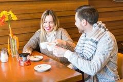 Концепция людей, связи и датировка - чай счастливых пар выпивая на кафе или ресторане стоковое изображение