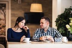 Концепция людей, связи и датировка - чай счастливых пар выпивая на кафе стоковая фотография rf
