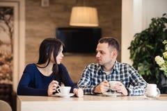 Концепция людей, связи и датировка - чай счастливых пар выпивая на кафе стоковое изображение rf