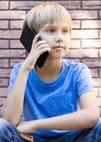 Концепция людей, технологии и связи говорить телефона ребенка клетки Стоковое фото RF