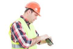 Концепция Banckruptcy при построитель смотря в его бумажник стоковые изображения rf