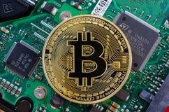 Концепция Bitcoin любит компьютерная микросхема на материнской плате Стоковые Фотографии RF