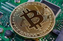 Концепция Bitcoin любит компьютерная микросхема на материнской плате Стоковое Изображение RF